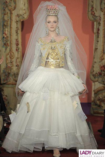 Все тот же дизайнер на этот раз удивил просто необычайной стилистикой свадебного платья. Его вдохновила религиозная иконография