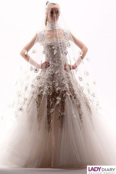 4. Невеста-камелия от Karl Lagerfeld. Данный цветок выбран потому, что является символом дома моды. В этом варианте, массивная камелия украшает голову