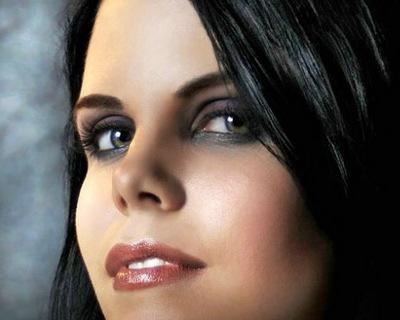 Зеленые глаза темные волосы