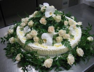 Украшение торта свежими цветами